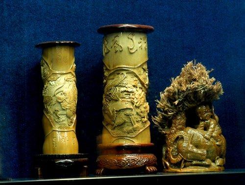 蜀南竹海,有一批独具匠心的艺人,他们利用资源丰富的毛竹根,精雕细琢